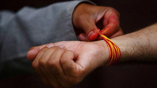 kyon-bandha-jata-hai-hath-kalawa