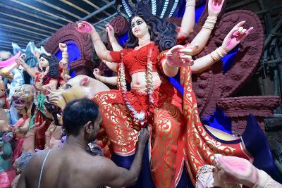 जानिए क्यों बनती है रेडलाइट एरिया की मिट्टी से दुर्गापूजा के लिए माँ दुर्गा की मूर्ति