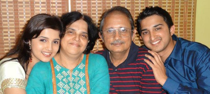 Neha Pendse with his family mother father